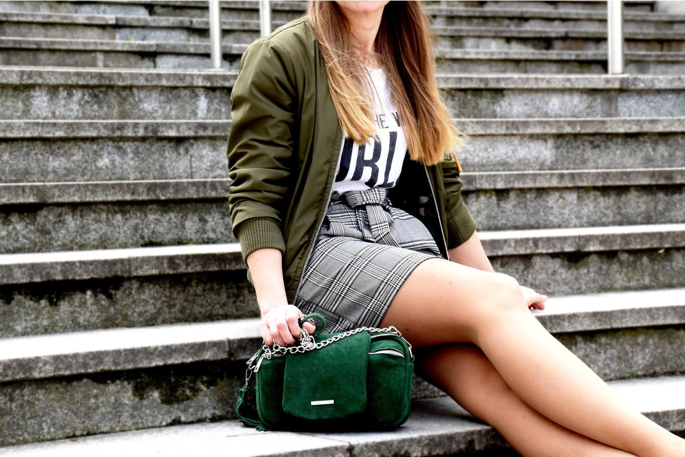 Dziewczyna z zieloną torebką